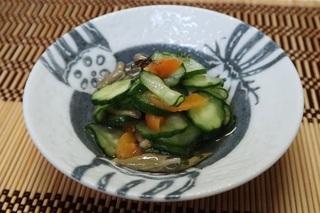 きゅうりとジュンサイと干し杏子の酢の物.jpg